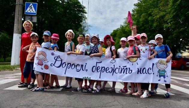 На Донеччині діти в шести містах провели флешмоб для водіїв