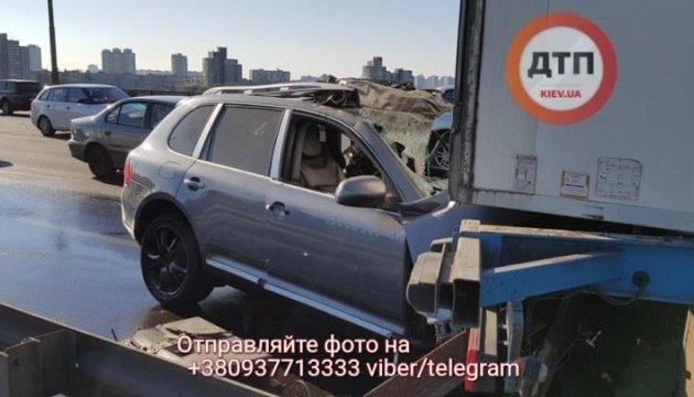 На мосту Патона Porshe въехал в фуру: погиб водитель, движение перекрыто