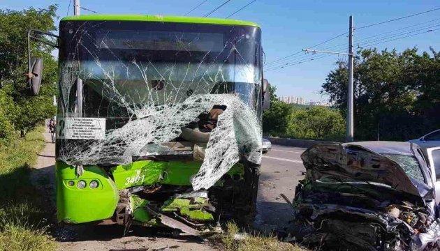 В Харькове иномарка влетела в троллейбус, есть жертвы