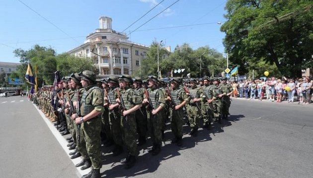 У Маріуполі – військовий парад на честь третьої річниці з дня звільнення міста від бойовиків