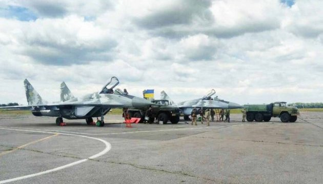 Государство выделило миллиард на военную авиацию - Порошенко