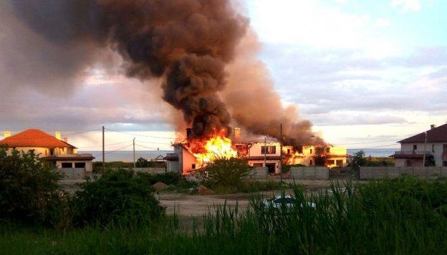 Бойовики обстріляли селище на Донеччині: згоріли шість будинків