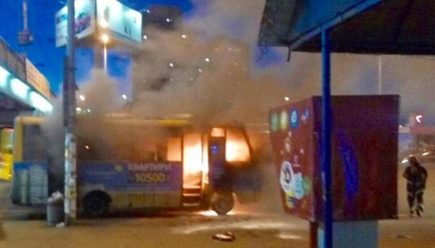 В Киеве у метро за считанные минуты сгорела маршрутка
