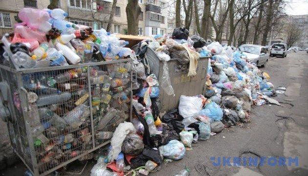 После новогодней ночи из центра Львова вывезли четыре грузовика мусора