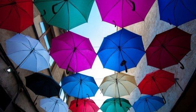 La ville d'Uzhgorod décorée avec des parapluies colorés