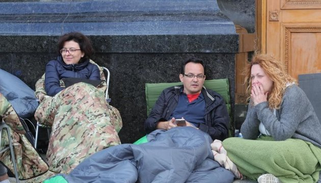 Hungerstreik wegen Müllkrise: Parlamentsvize Syroid mit Rettungswagen in Klinik gebracht