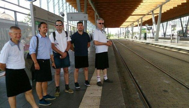 Водители трамваев во Франции пришли на работу в юбках