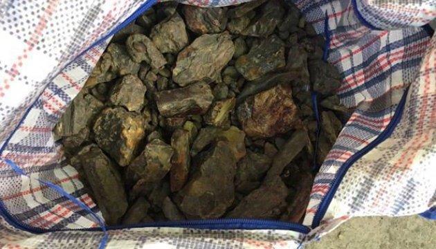Польские таможенники на границе обнаружили 10 кг контрабандного янтаря из Украины