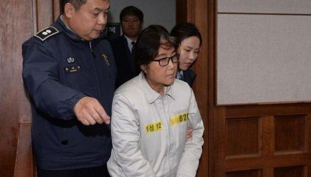 Подруге экс-президента Кореи дали три года за злоупотребление властью