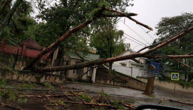 Через вчорашню негоду деякі населені пункти Прикарпаття перебувають без електропостачання