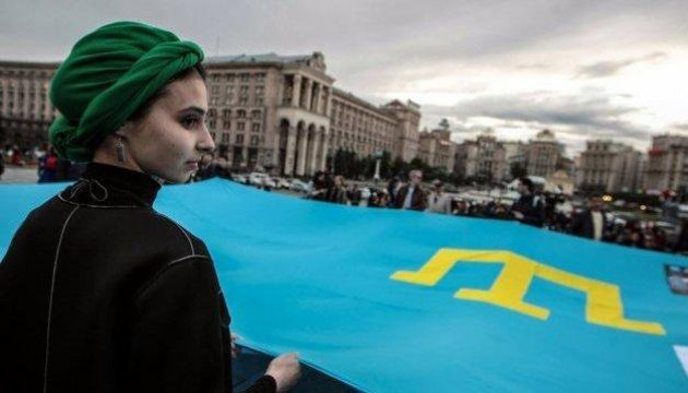Немалый крымскотатарский флаг развернули настоличном Майдане
