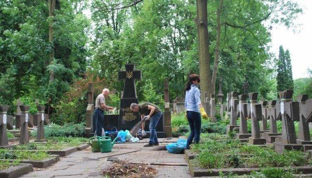 У Варшаві українці упорядкували могили вояків УНР