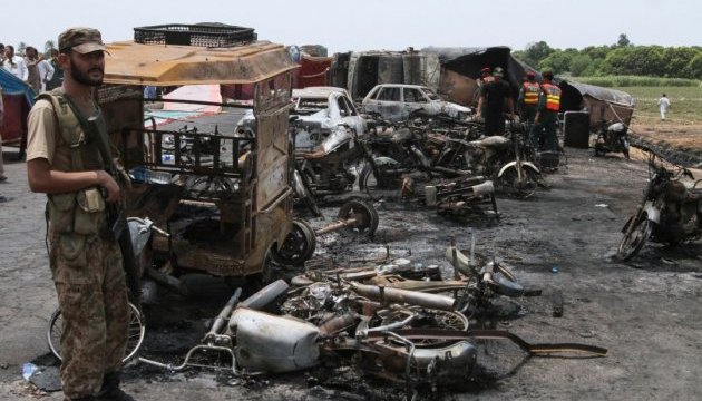 Кількість жертв вибуху цистерни з нафтою у Пакистані зросла до 206