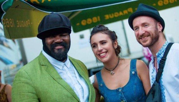Джамала подарувала американській джазовій зірці вишиванку
