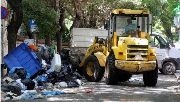 В Греции после коммунальной забастовки убирают тысячи тонн мусора