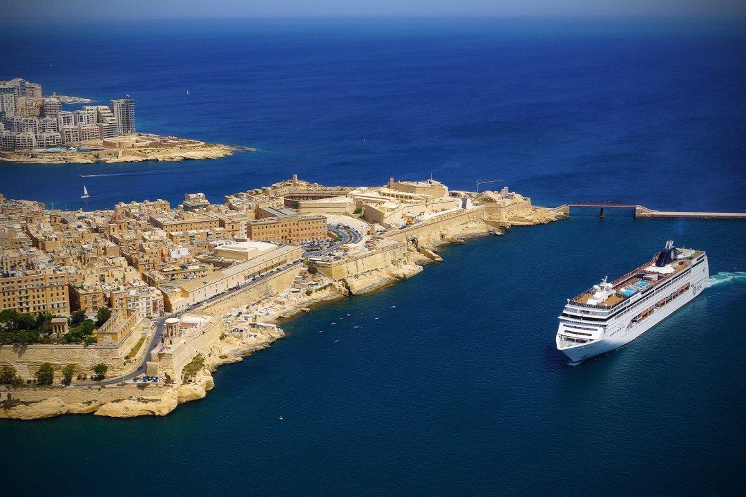 Круизный лайнер у берега Мальты