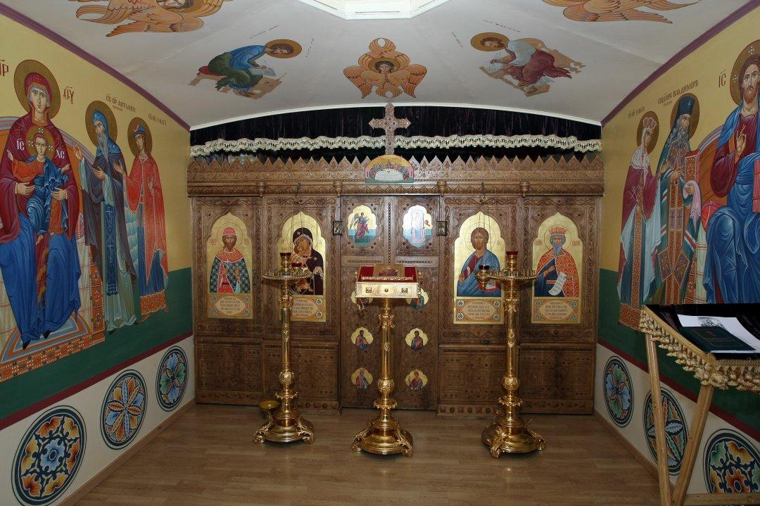 Імпровізований Свято-Володимирський храм УПЦ Московського патріархату в одному з приміщень комітетів Верховної Ради