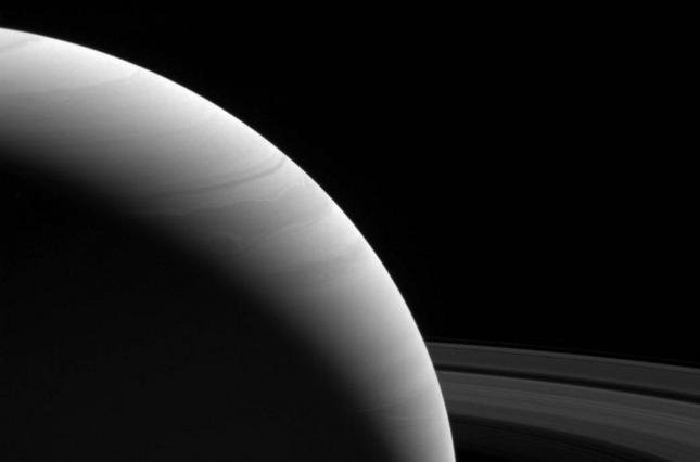 Уфологи разглядели наснимках спутника Сатурна немалое существо