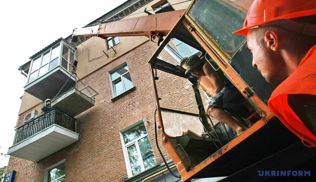 Речі постраждалих киян рятувальники дістають з вікон за допомогою крана