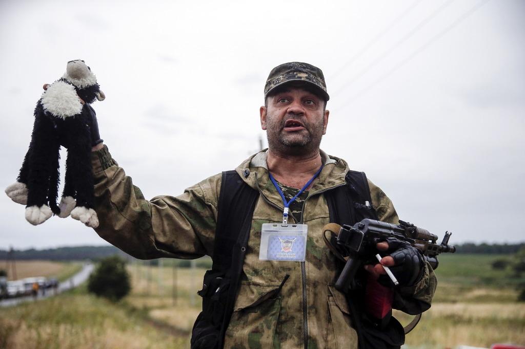 Проросійський терорист показує дитячу іграшку зі збитого «Боїнга» (липень, 2014)