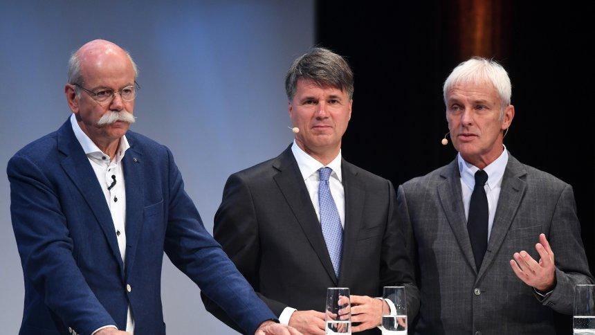 Генеральні директори Дітер Цетше (Daimler), Харальд Крюгер (BMW), Маттіас Мюллер (Volkswagen)