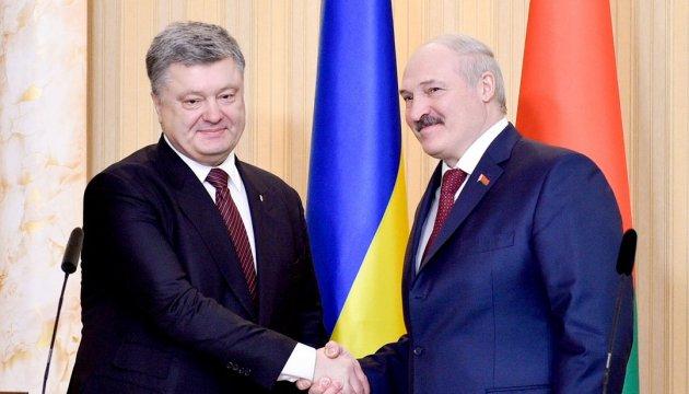 Olexandre Loukachenko s'entretient avec Petro Porochenko