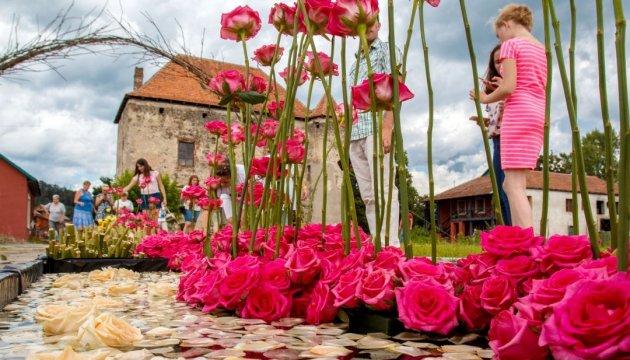 «Кохання в Сент-Міклоші»  прикрасили 30 тисяч троянд