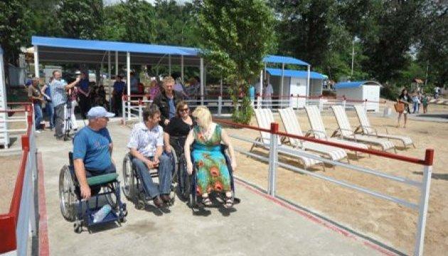 На Донеччині людям з інвалідністю запропонували спецмаршрути до моря