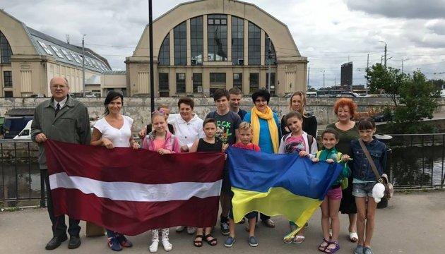 До Риги приїхала на відпочинок група дітей з України