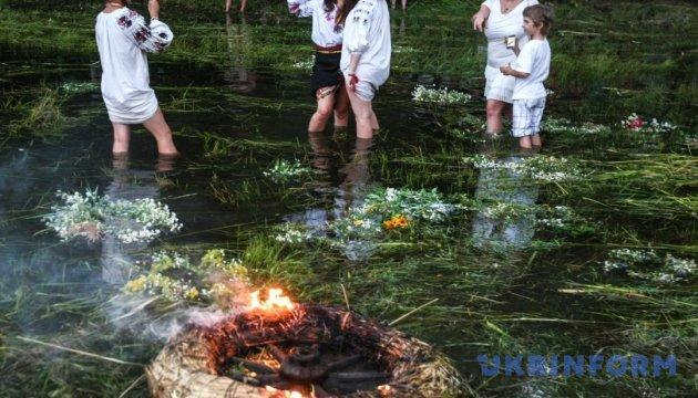 На Рівненщині стартував фестиваль з купальськими обрядами та водяними битвами