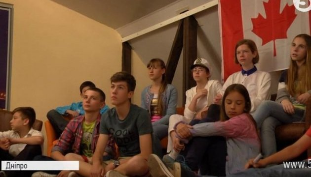 Волонтери з Америки та Канади навчають дітей бійців АТО англійської