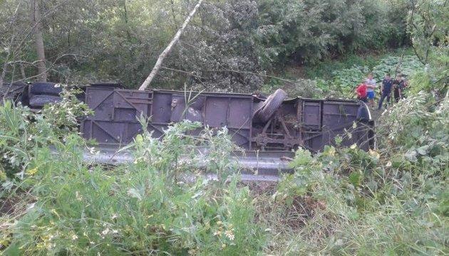 На Тернопільщині туристичний автобус з'їхав в обрив: загибла жінка