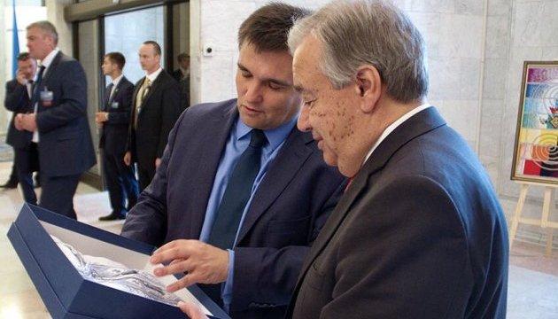 Генсеку ООН подарували вишиванку