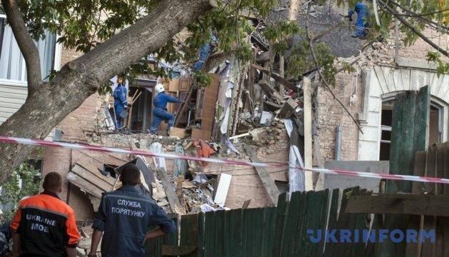 В Киеве разбирают завалы разрушенного взрывом дома на Голосеевском