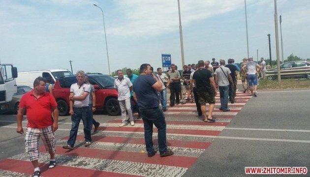 Полтысячи участников АТО перекрыли трассу Киев-Чоп