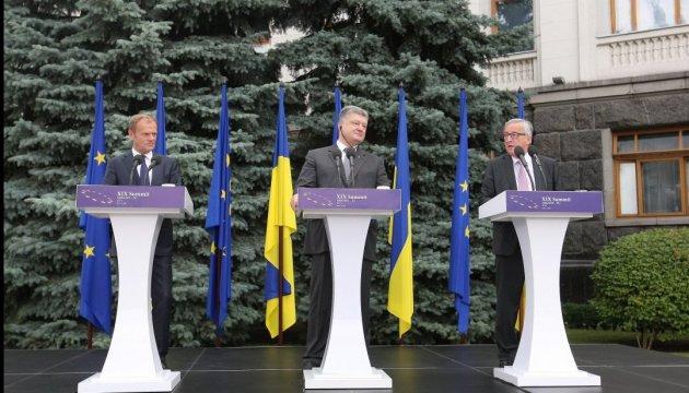 Туск передал Порошенко ратифицированное соглашение об Ассоциации с ЕС