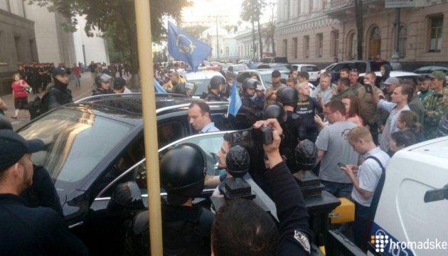 Під Радою сталися суперечки Автомайдану з поліцією, втрутився Соболєв
