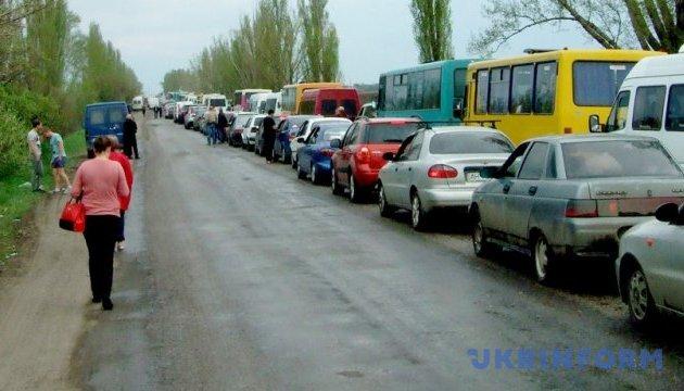 У чергах на лінії розмежування скупчились 440 авто