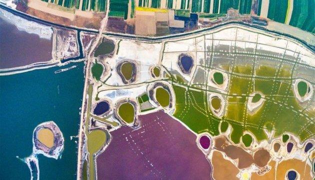 У Піднебесній озеро стало різнокольоровим
