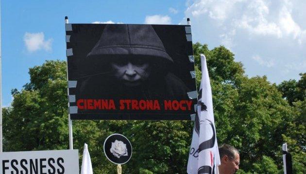 У Варшаві - багатотисячний мітинг. Качинському нагадують, що він
