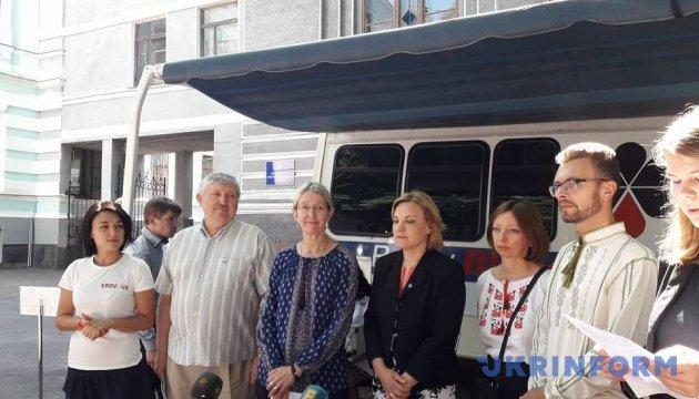 """Калифорнийский центр крови передал Украине """"лабораторию на колесах"""""""