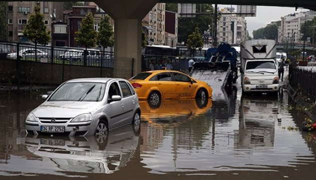 Злива затопила дороги та метро в Стамбулі