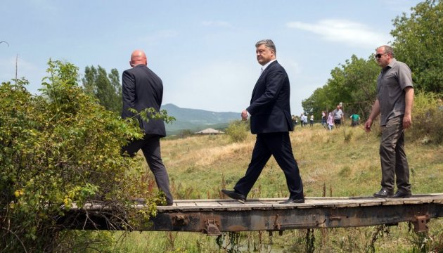 Presidents of Ukraine and Georgia visit demarcation line with occupied region of Tskhinvali region