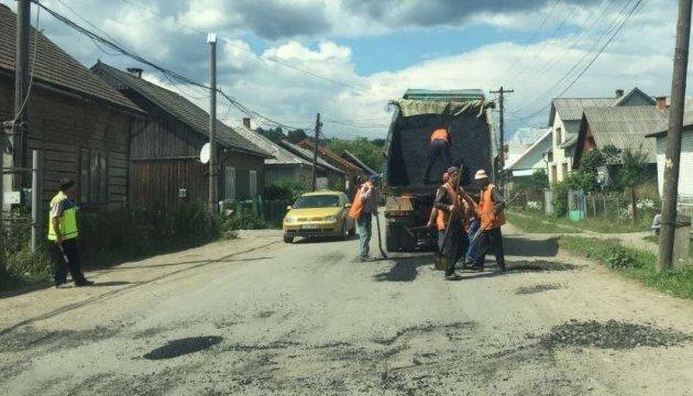 На Закарпатье ремонтируют дорогу, за которую не брались 20 лет