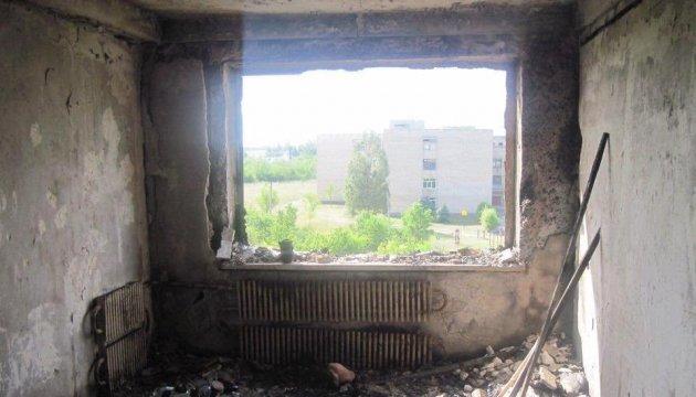 У Красногорівці снаряд підпалив багатоповерхівку