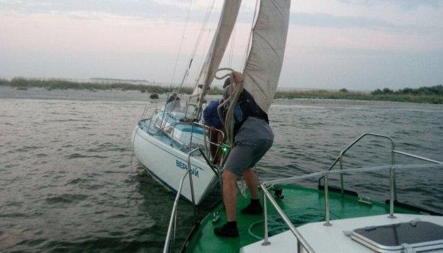 На Херсонщині прикордонники допомогли екіпажу яхти, яка сіла на мілину