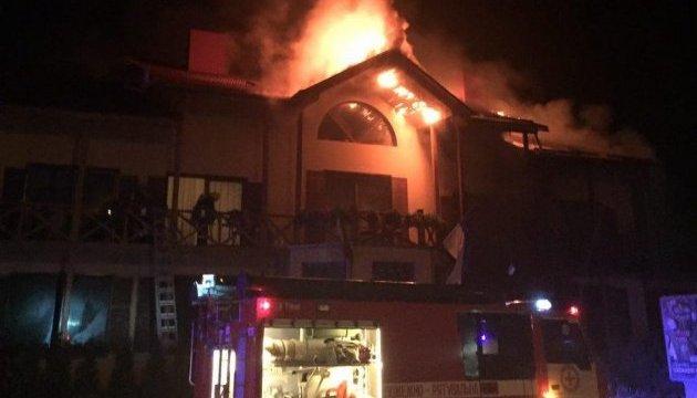 Полиция говорит, что отель в Луцке подожгли
