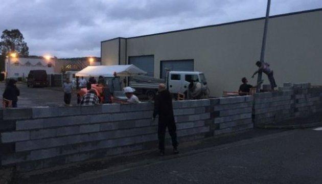 Барьер от мигрантов: во Франции протестующие возвели стену вокруг отеля