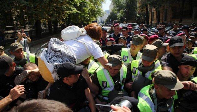 Сторонники Саакашвили устроили потасовку с полицией под АП