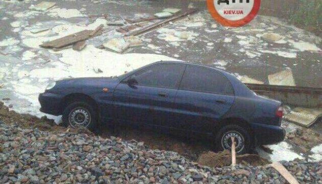 В Киеве на Борщаговке под асфальт провалились три автомобиля